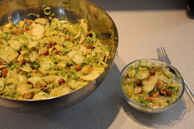 Rosenkål salat med eple, nøtter, ost – oppskrift