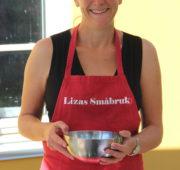 liza holder pølselagingsdemonstrasjon på lizas småbruk