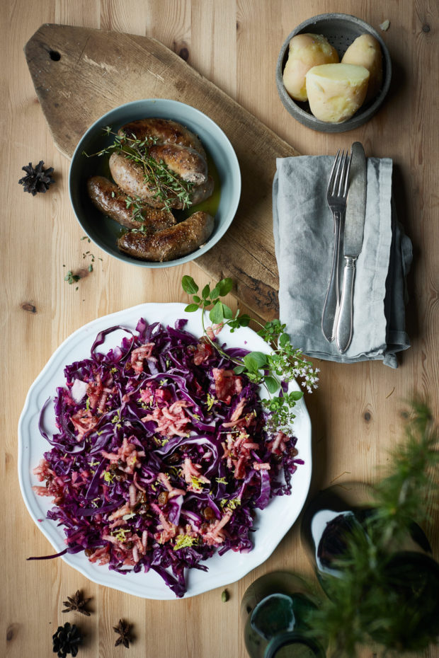 Rødkål salat med eple og rosiner – oppskrift til jul